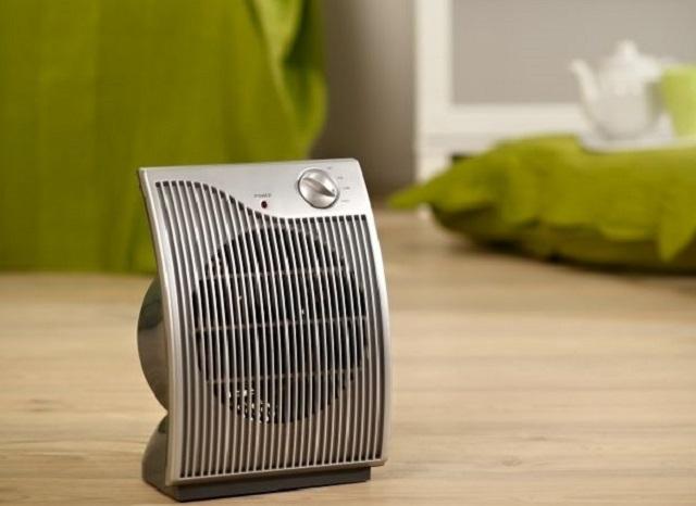 Тепловой вентилятор подает теплый поток воздуха направлено