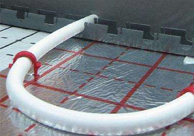 Фиксация трубы на монтажной рейке и с помощью пластикового хомута