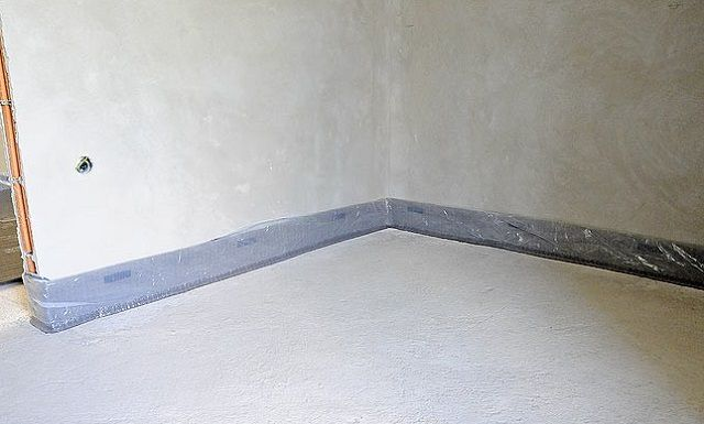 По периметру на стыке пола и стен необходимо приклеить демпферную ленту