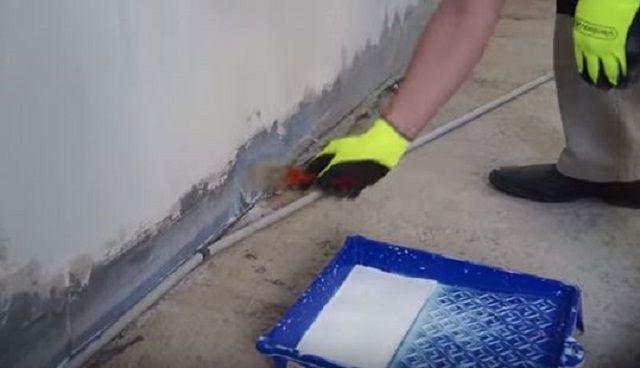 Обязательно  грунтуется и нижняя часть стен по всему периметру помещения