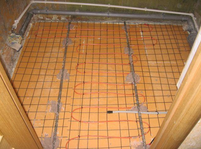 Установлены направляющие-маячки, уложен обогревательный кабель