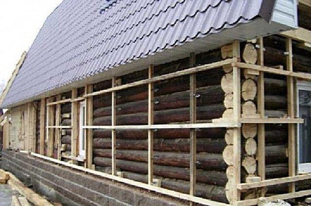Деревянный каркас на стенах бревенчатого сруба