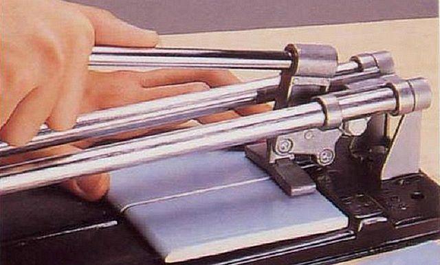 Безусловно, самым удобным инструментом является настольный станок-плиткорез