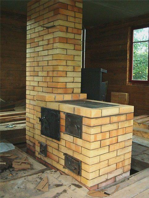 Печь, выложенная из огнестойкого шамотного кирпича. Только для фундамента использован обычный рядовой.
