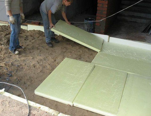 Укладка утеплительных плит на песчаную подушку