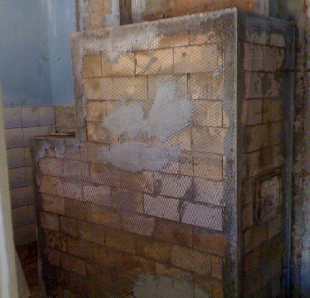 Укрепление и выравнивание углов металлическими профилями, армирование стен сеткой