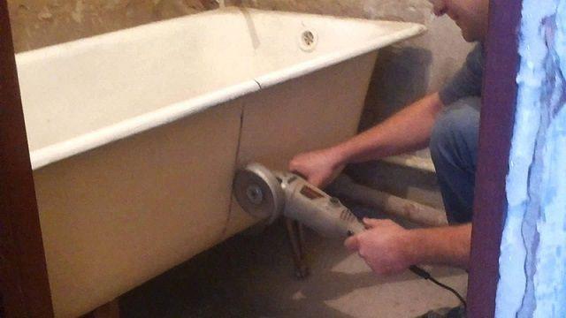 Пожалуй, самый ответственный этап - это качественный разрез массивной чугунной ванны