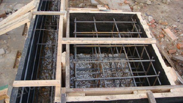 Арматурный пояс должен охватывать практически всю толщину заливаемой цементной плиты, а сам фундамент печи никогда не связывается с основой самого дома