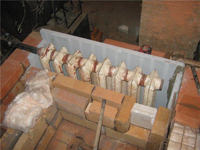 Интересное решение - в качестве теплообменника используется обычный чугунный радиатор МС-140