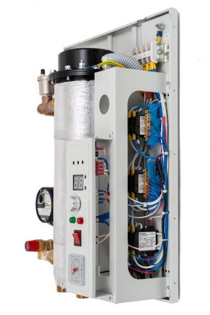Компактно собранный электрический котел, включающий теплообменник в термоизоляции, блок управления, циркуляционный насос и группу безопасности. Показан со снятой внешней панелью корпуса.