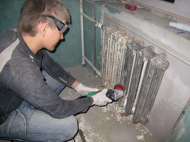 Удаление старого красочного покрытия с помощью шлифмашинкой с насадкой – металлической щеткой