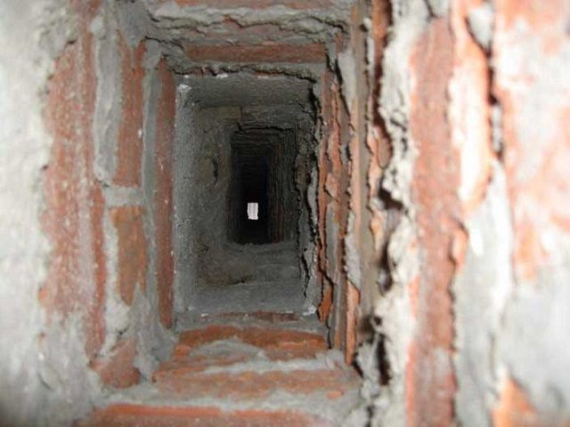 Неровности на стенках внутреннего канала кирпичного дымохода – это прямой путь к его быстрому зарастанию сажей
