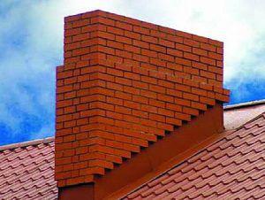Дымоходная труба расположена в области, примыкающей к коньку крыши