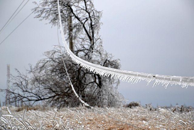 Оборванные провода ЛЭП – достаточно частое явление при «ледяных дождях»