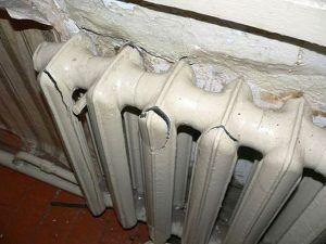Замерзающая вода способна разорвать трубы или радиаторы отопления