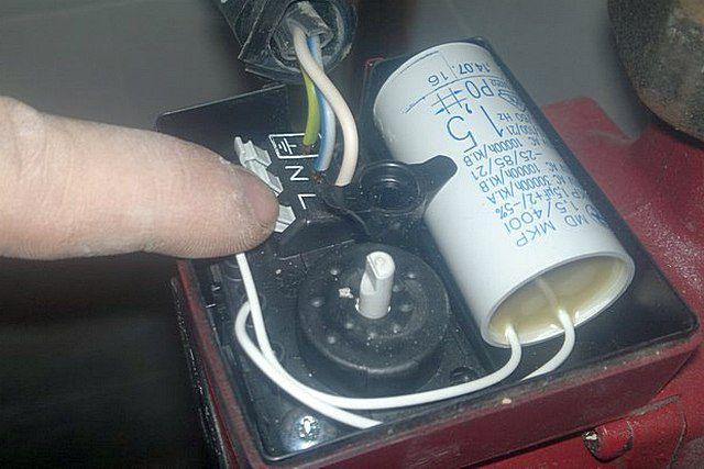 Клеммное соединение кабеля питания в монтажной коробке насоса (пример)