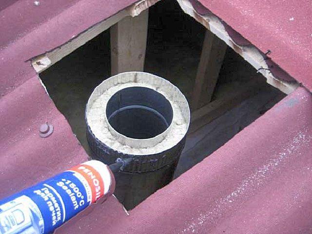Одна из типичных областей применения – герметизация на стыках монтируемых сэндвич-дымоходов печей