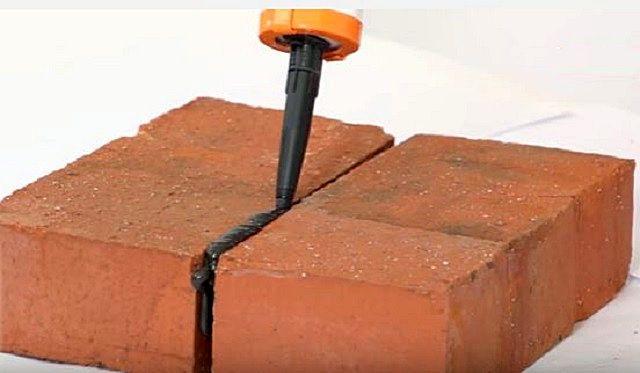 Заполнение шва между кирпичами жаростойким герметиком