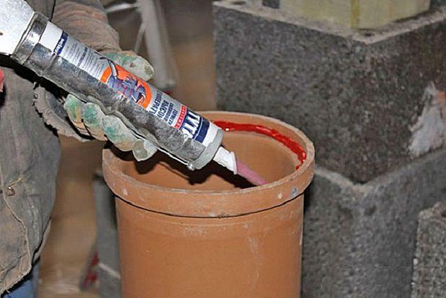 Важнейшая операция при сборке дымоходов – герметизация сопрягаемых участков труб