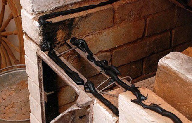 Еще одна область применения – это герметизация просветов при установке чугунных деталей печи или при проведении ремонтных работ на этих участках