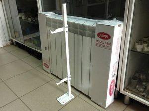 Радиатор вполне можно установить и на таких или им подобных вертикальных стойках с креплением к полу