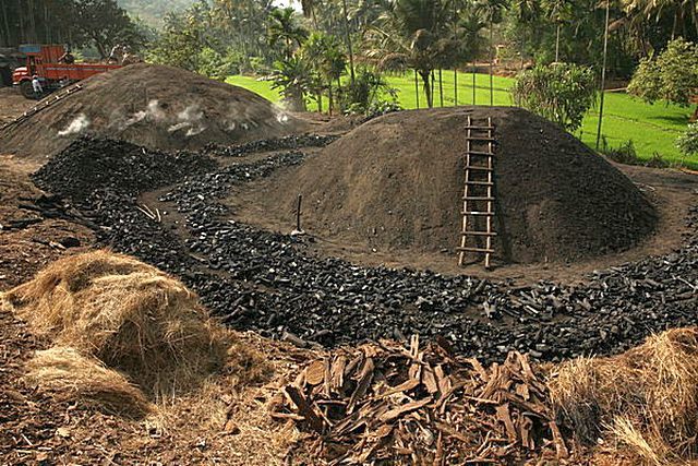 Во многих регионах планеты технология получения древесного угля из дров по сей день не претерпела каких-либо изменений