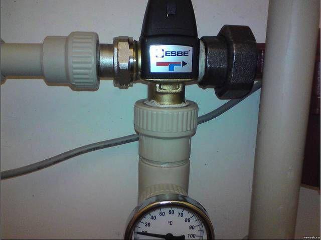 Такому трехходовому клапану термостатическая головка не нужна – у него собственный встроенный термодатчик, управляющий его работой