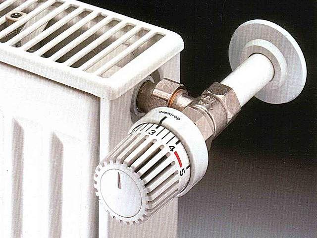 Правильное расположение термоголовки – горизонтальное, с тем расчётом, чтобы она не попадала в поток поднимающегося от трубы теплого воздуха