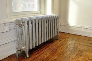 Пример батареи отопления очень почтенного возраста, но все же оснащенной устройством регулировки потока теплоносителя на входе