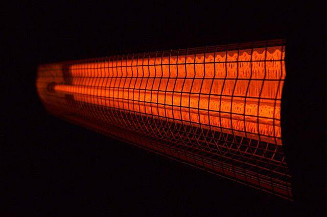 Характерное свечение кварцевого инфракрасного обогревателя в темнее время суток вполне может вызвать раздражение