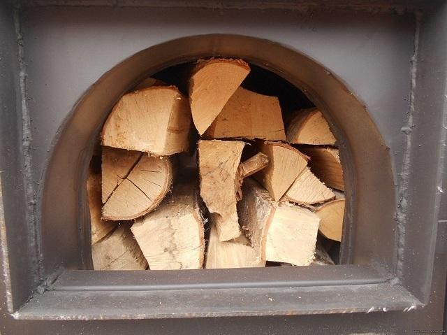 Чтобы печь полностью оправдывала возлагаемые на нее надежды, следует уделять внимание и качественной подготовке дров.