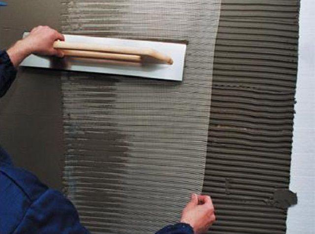 «Утапливание» штукатурной армирующей сетки в слое нанесённого клеевого раствора