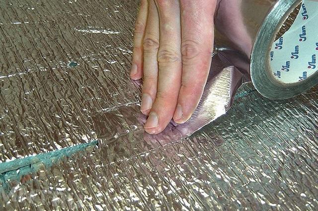 Герметизация стыков полотен с помощью фольгированного строительного скотча