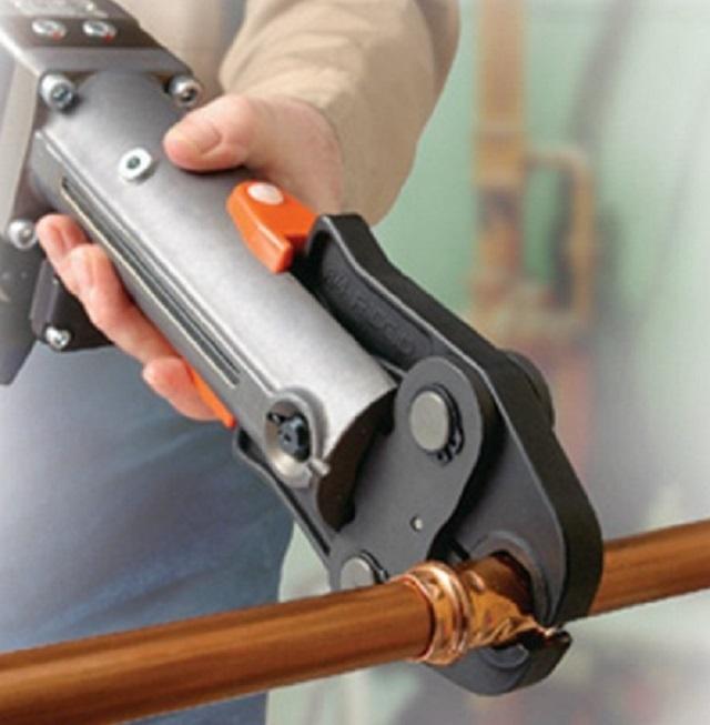Пресс-клещи для соединения медных труб посредством фитингов.