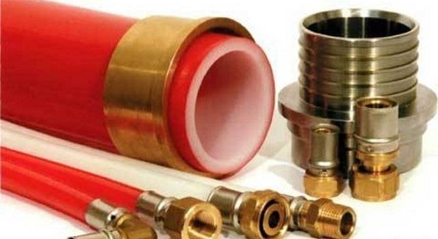 Соединение труб с помощью фитингов часто требует специального опрессовочного оборудования. Хотя есть и такие конструкции фитингов, для которых остаточно набора обычных сантехнических ключей.