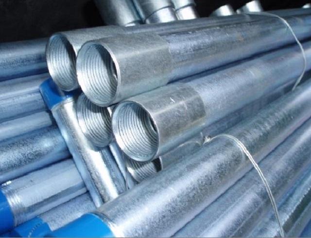 В связи с тем, что оцинкованные трубы отличаются более высокой надежностью, цена на них существенно превышает стоимость обычных стальных ВГП.