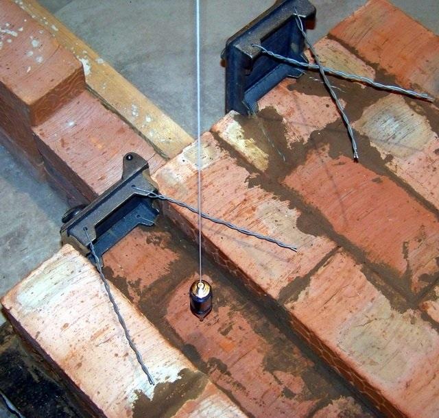 Концы проволоки, которая будет удерживать дверцы в кладке, должны иметь длину не менее 150 мм.
