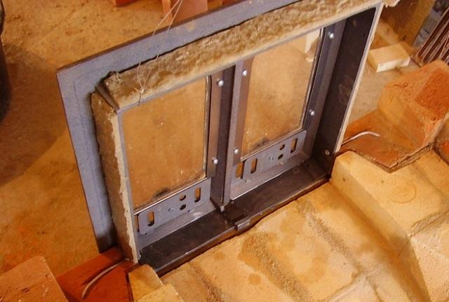 Базальтовая прокладка вокруг рамы топочной дверцы.