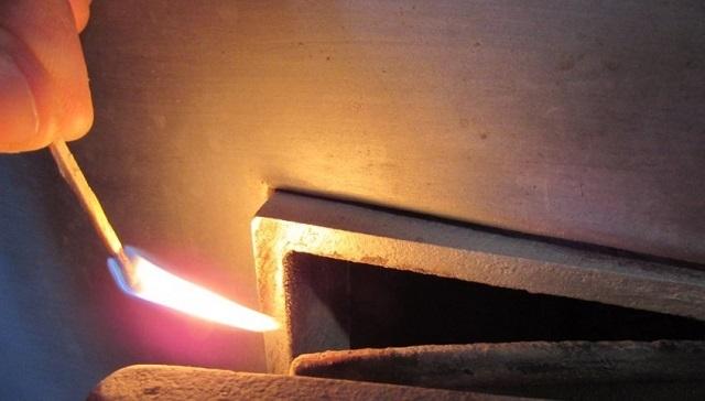 Проверить тягу в печи — довольно просто. Достаточно поднести к приоткрытой дверце топки зажженную спичку или листок бумаги. Пламя должно потянуться в сторону топочной камеры.