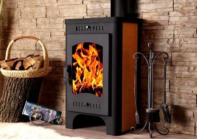 Печь-камин без водяного контура можно назвать прибором «прямого действия» — для обогрева используется только излучаемое ею тепло