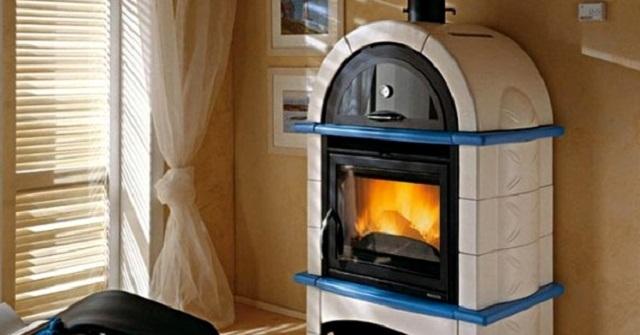Печь-камин с водяным контуром – ото уже серьезный агрегат, способный полноценно отапливать весь дом.