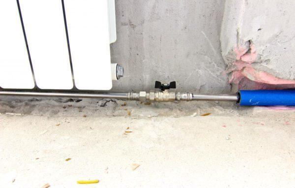 После нарезания резьбы следует соединить трубы с радиатором