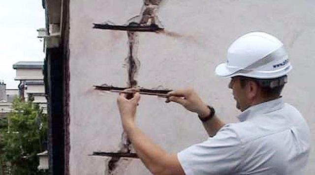 Незаделанные трещины в поверхностях фасадов могут значительно снизить их термоизоляцию. Некоторые трещины приходится стягивать, чтобы не допустить их дальнейшего распространения.
