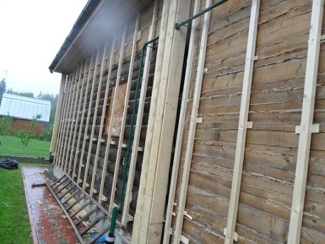 Обрешетка на деревянном фасаде под утепление.