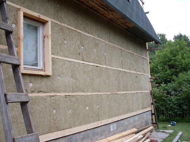 Уложен первый слой термоизоляции. После монтажа вертикальный стоек он будет дополнительно прижат к утепляемой поверхности стены.