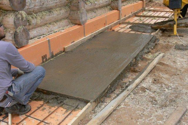 Заливка утепленных отмосток бетоном и выравнивание их поверхности