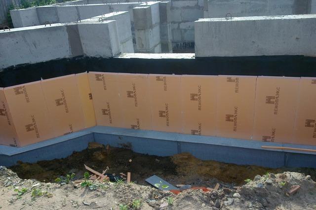 Слой пеноплекса исключит прямой контакт грунта с гидроизоляцией, нанесенной на стенки фундаментной ленты, предохранит ее от механического повреждения.