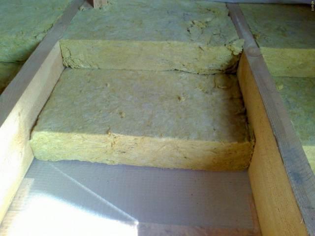 Утеплитель располагается в два слоя, с обязательным перекрытием стыков нижнего ряда.