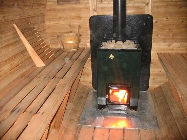 Топливная закладка, розжиг, контроль за горением дров – все производится непосредственно в парилке.