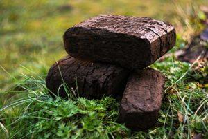 Обычные торфяные брикеты выпускаются местными производителями во многих регионах России